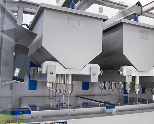 Detalle doble inyectado, línea de trabajo para producir magdalenas rellenas y con cobertura y topping.